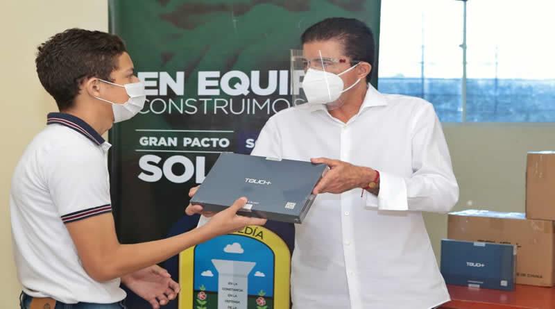 Alcalde Ucrós continúa con la entrega de tablets en las instituciones Manuela Beltrán y Villa María