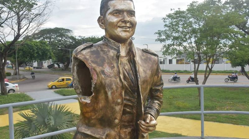 En medio de manifestaciones es destruida estatua de Peter Manjarrés